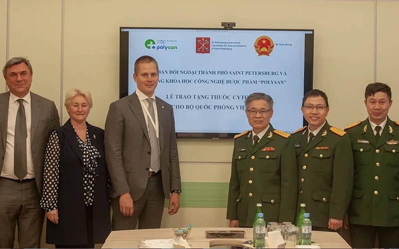 Bộ Quốc phòng tiếp nhận lô thuốc hỗ trợ điều trị COVID-19 từ TP. St. Petersburg (Nga) - Ảnh 1.