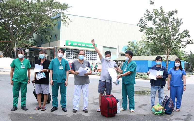 Thêm 8 bệnh nhân Covid-19 nặng được xuất viện - Ảnh 1.