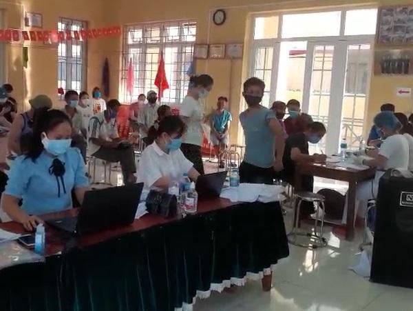 Điểm tiêm vắc xin tại nhà văn hoá xã Vân Tảo.