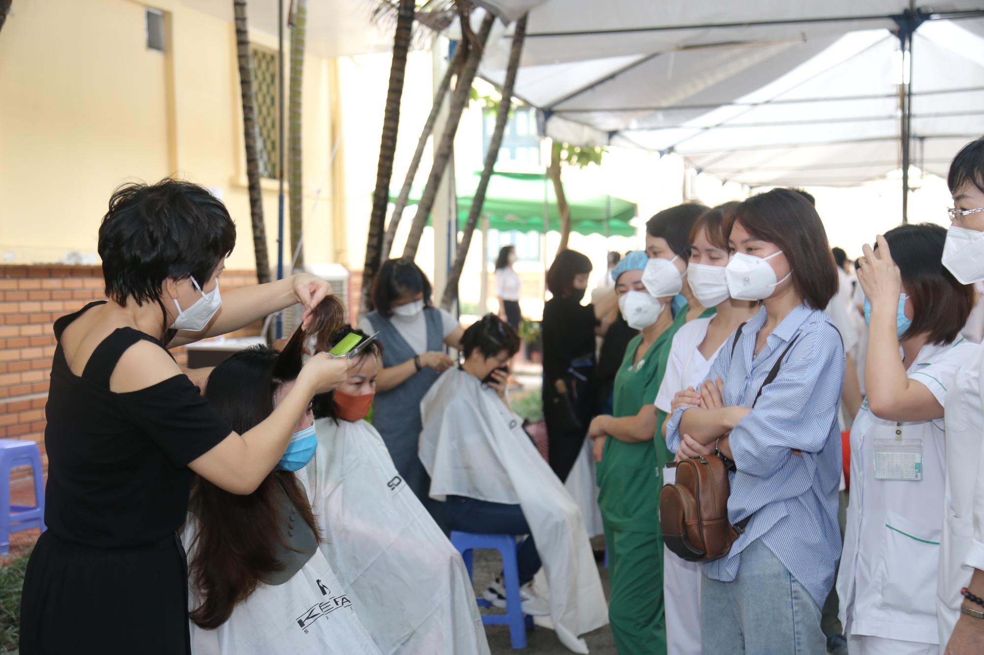 """Sáng 15/9, hơn 100 """"chiến sĩ"""" áo trắng Việt Đức vào TP HCM """"đảo quân"""" cho Trung tâm hồi sức tích cực COVID-19 - Ảnh 1."""