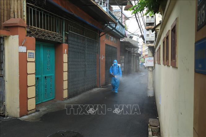 Cách ly y tế tạm thời khu dân cư ở Hà Đông có ca mắc là nhân viên y tế - Ảnh 2.