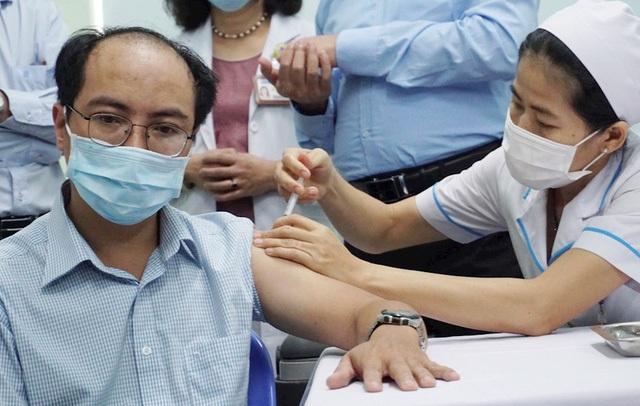 Người trên 65 tuổi mắc bệnh mãn tính có nên tiêm vaccine COVID-19 và tiêm ở đâu? - Ảnh 3.